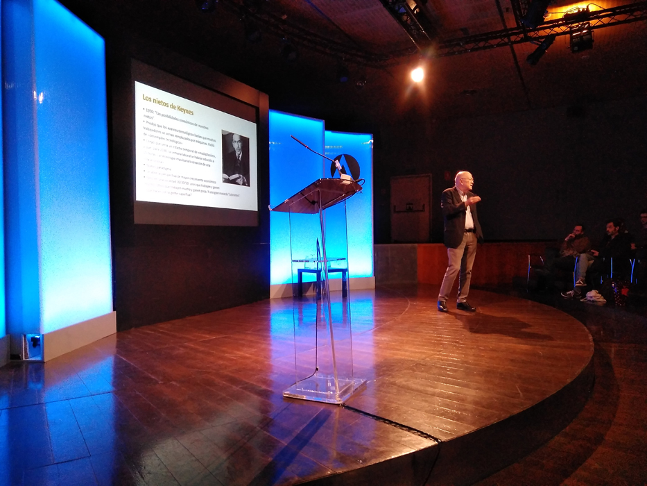 Andrés Ortega al inicio de su intervención sobre la progresiva introducción de los robots en distintas áreas del empleo en los T+ de la Casa de América de Madrid.