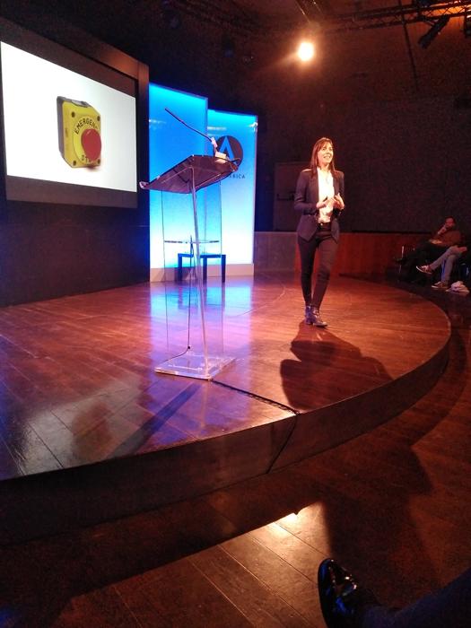 """Concepción Monje explica, durante su intervención, qué implica el """"botón de la muerte"""" en los robots"""