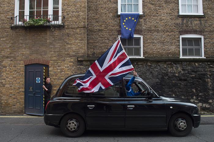 """Un británico celebra la victoria del """"Brexit"""" en el referéndum de junio. Las dos banderas, la británica la de la Unión Europea, como símbolo de la separación."""