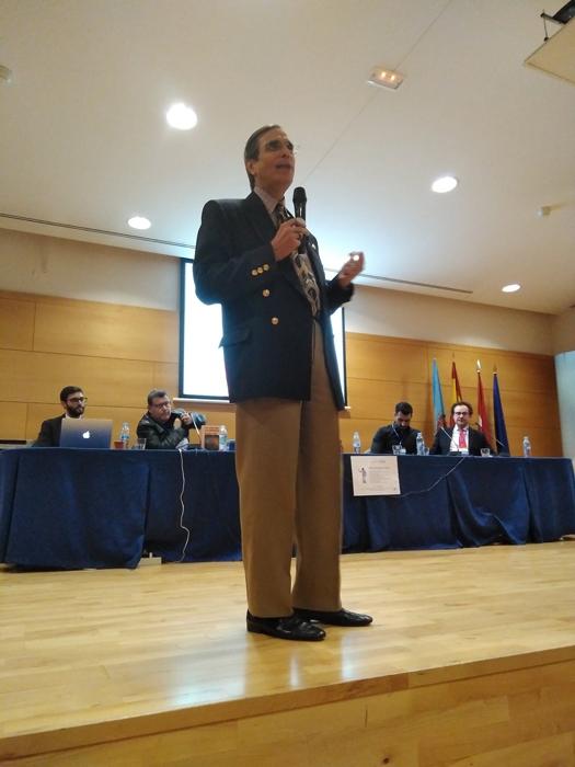 José Luis Cordeiro durante su presentación sobre transhumanismo y Era Transhumanista en la URJC