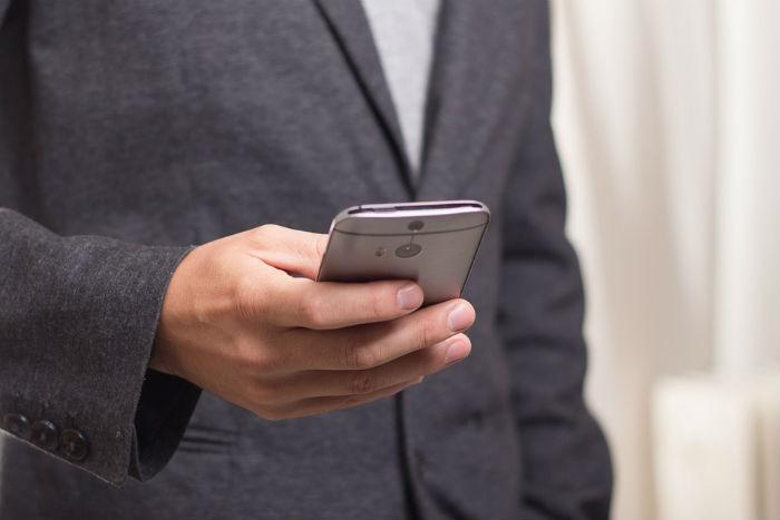 Hombre utilizando un móvil