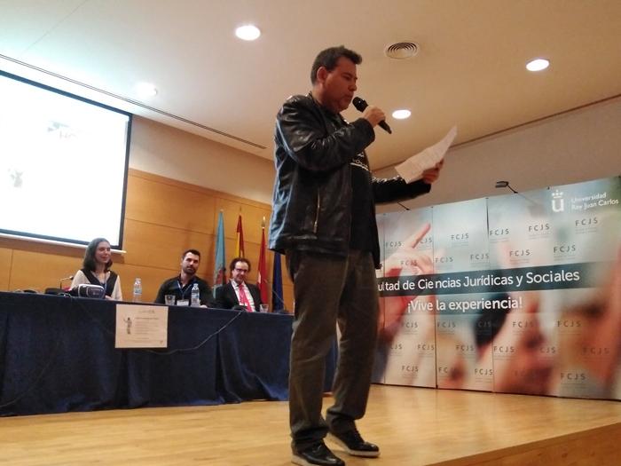 Alejandro Sacristán durante su ponencia sobre Transhumanismo en la Movida Madrileña y la Cultura Tecno-POP en la URJC.