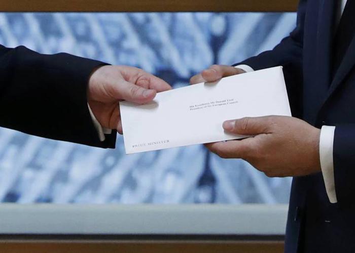 La carta que desde Reino Unido llega a Europa para activar el Brexit es entregada al Consejo de Europa.