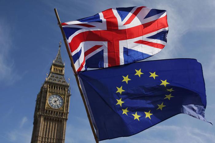 Las banderas de la UE y Reino Unido ondean juntas por poco tiempo.