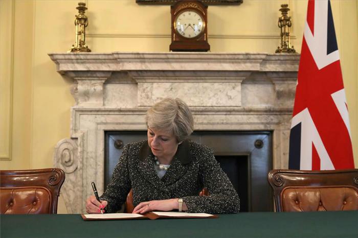 Firma oficial para activar el Brexit.