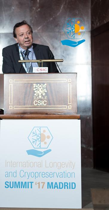 El doctor Javier Cabo habla en el CSIC sobre criopreservación de órganos.