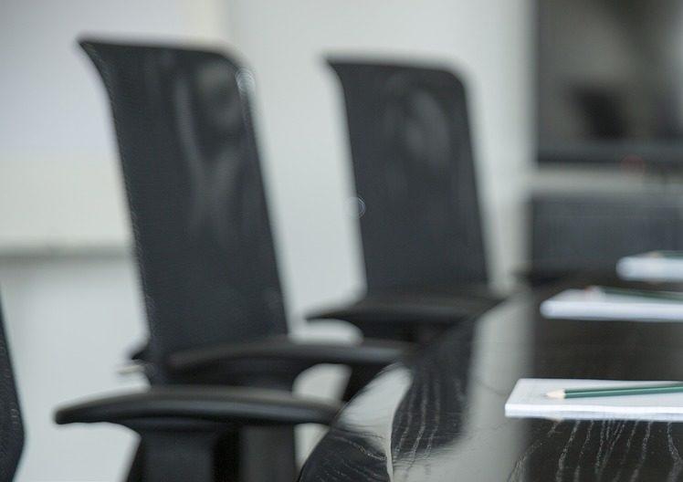Mesa y sillas de una sala de reuniones.