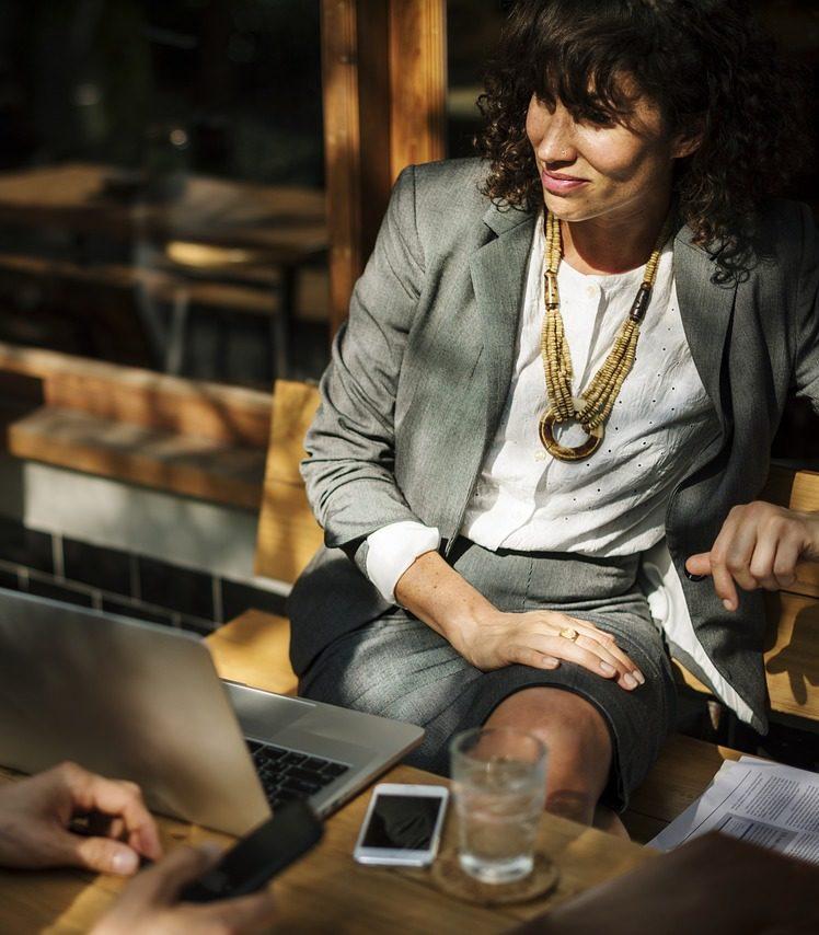 Mujer en una reunión de trabajo