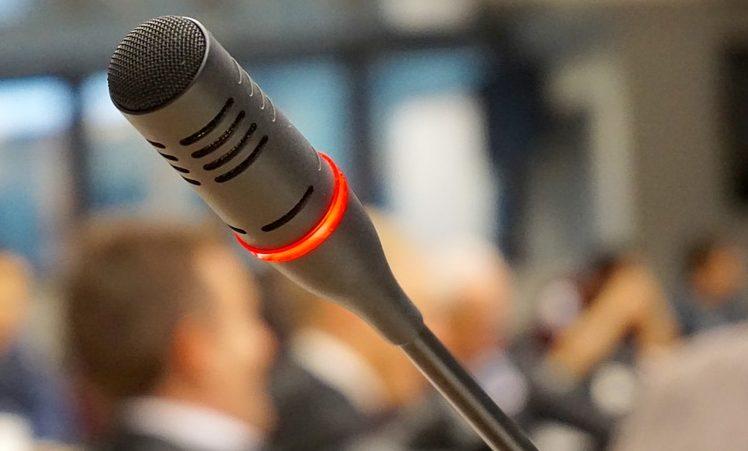 Ante el micrófono en los cursos de oratoria