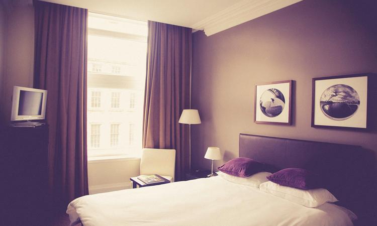 Habitación de hotel limpia gracias a las camareras de habitación