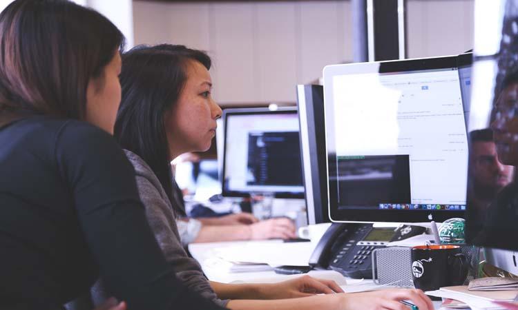 Empleadas trabajando en un proyecto de intraemprendimiento