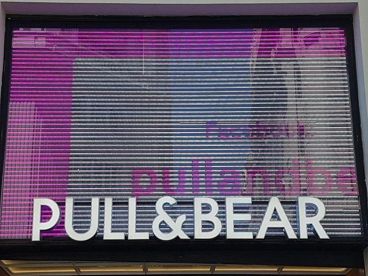 Escaparate dinámico de una tienda de Pull&Bear