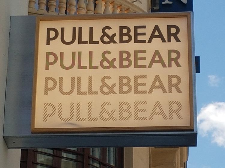 Rótulo de una tienda de Pull&Bear