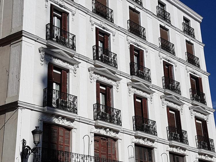 ¿Cuándo se entiende que alguien no reside en territorio español?