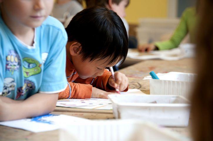 Niño estudiando en clase